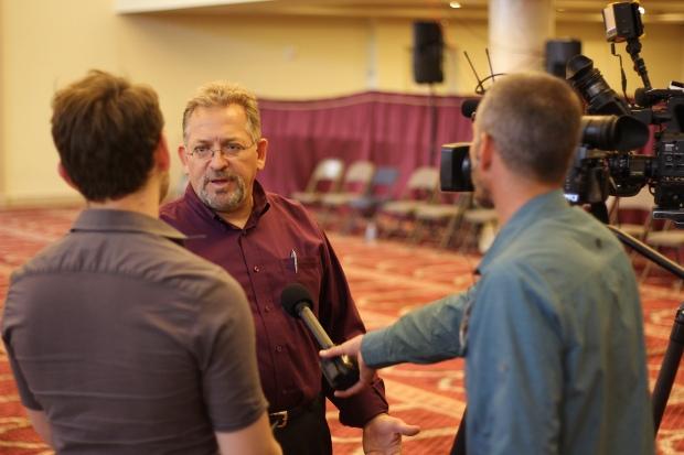 Usama Shami speaks with reporters at the Islamic Community Center of Phoenix (Luqman Patino)