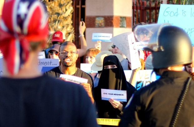 Anti-Islam demonstrator faces counter demonstrators outside of ICC Phoenix mosque (Luqman Patino)