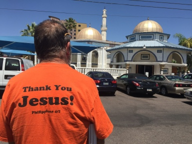 Dale Langmade waits outside mosque for demonstrator in Tempe (Luqman Patino)